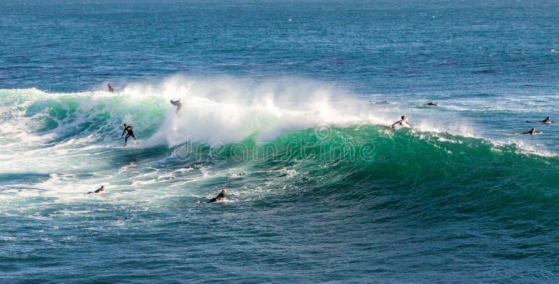 De magiska enorma vågorna i fjärden av Santa Cruz att göra detta en bränning arkivfoton