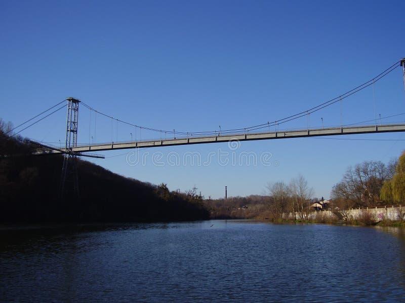 De magnificient kabel-gebleven brug over de Teteriv-rivier stock fotografie