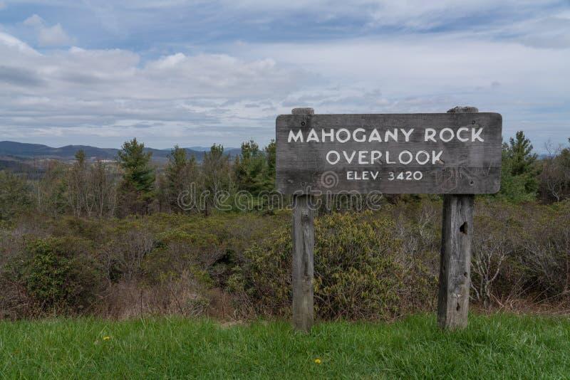 De Mahogonyrots overziet teken op Blauw Ridge Parkway royalty-vrije stock afbeeldingen
