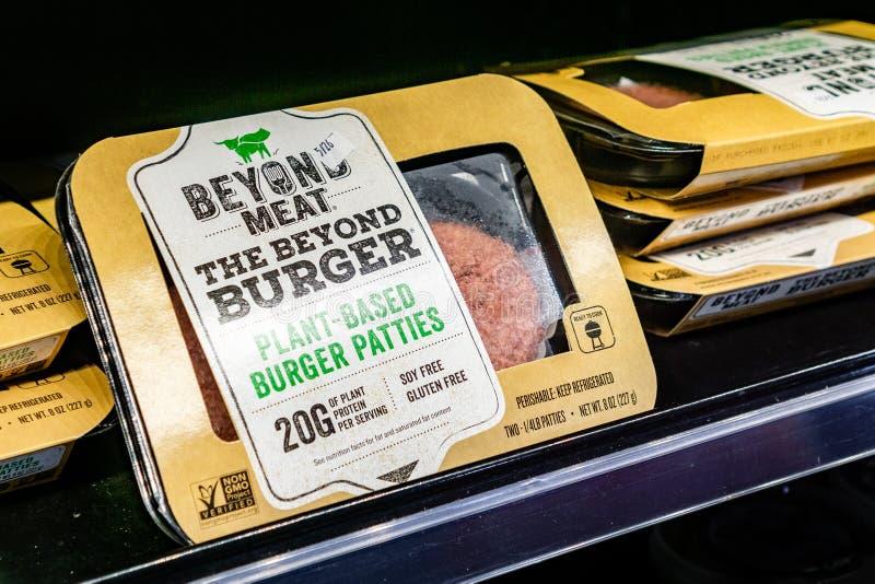 17 de maio de 2019 Cupertino/CA/EUA - além dos pacotes do hamburguer da carne disponíveis para a compra em uma loja na área de Sa foto de stock royalty free