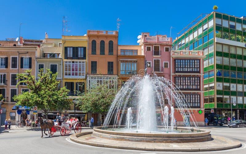 14 de maio de 2016 Transporte turístico na rua de Palma de Mallor foto de stock royalty free