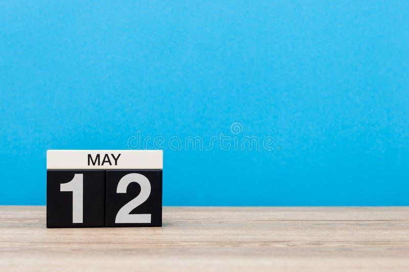12 de maio Dia 12 do mês, calendário no fundo azul Tempo de mola, espaço vazio para o texto O International nutre o dia imagens de stock