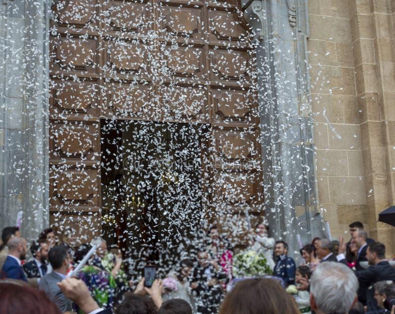 25 de maio de 2019, Marsala, Itália, casamento católico italiano na igreja com muitos convidados e saudação dos papéis e do arroz foto de stock royalty free
