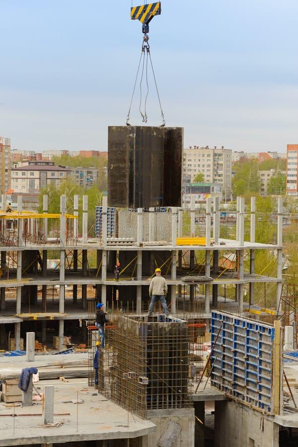 15 de maio de 2017: Os construtores trabalham em trabalhos monolíticos no canteiro de obras de uma construção do multi-andar fotos de stock royalty free