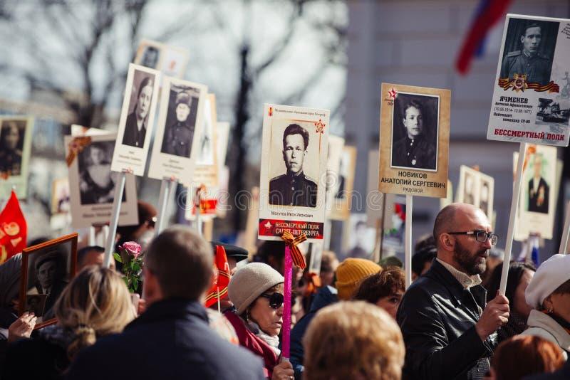 9 de maio de 2017, perspectiva de Nevsky, St Petersburg, R?ssia Pode 9 o feriado, sinais da a??o do regimento imortal, uma multid fotografia de stock royalty free