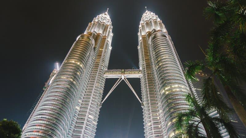 13 de maio de 2017: Torres gêmeas de Petronas na noite em Kuala Lumpur, Malásia fotos de stock royalty free