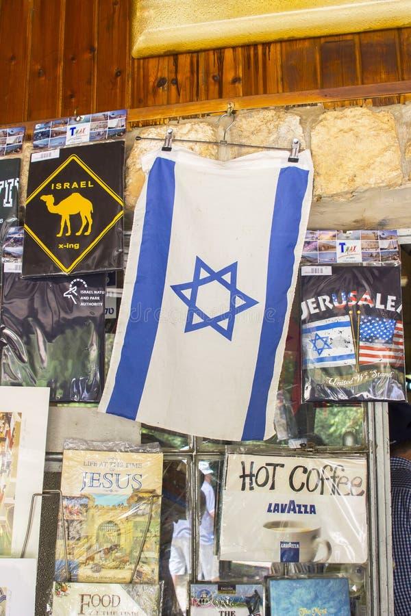 4 de maio de 2018 uma lembrança israelita do feriado da bandeira na exposição em uma loja de lembranças pequena na reserva natura fotografia de stock
