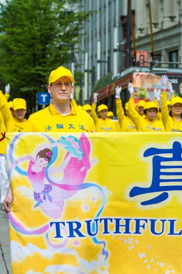 12 de maio de 2019 - Vanc?ver, Canad?: Membros de Falun Dafa na parada atrav?s das ruas da baixa no dia de m?e 2019 fotografia de stock