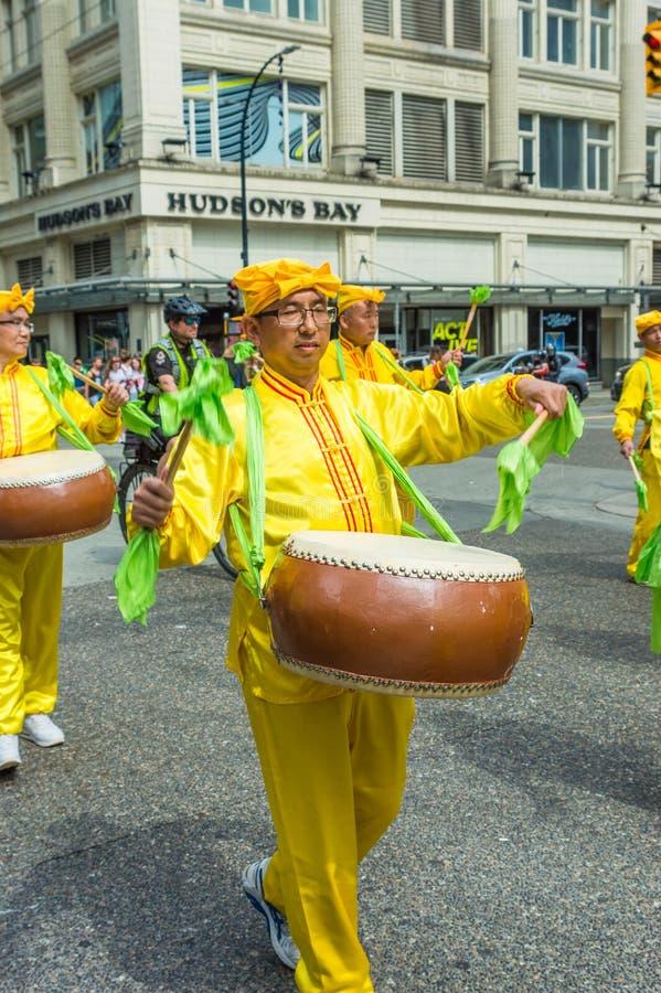 12 de maio de 2019 - Vanc?ver, Canad?: Membros de Falun Dafa na parada atrav?s das ruas da baixa no dia de m?e 2019 fotografia de stock royalty free