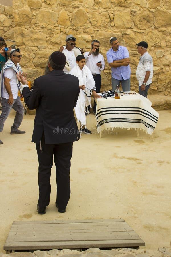 7 de maio de 2018 Worshippers que participam em uma cerimônia judaica de Miztvah da barra do ar livre no local da sinagoga velha  foto de stock royalty free