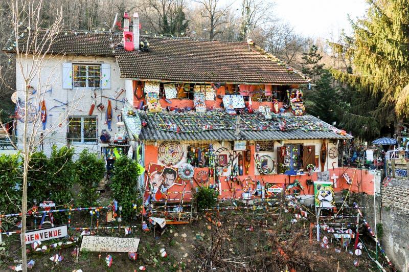 De maisons décorées étranges en Savoie, France photos stock