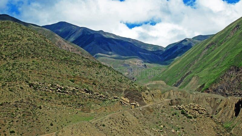 De majestätiska bergen av Kaukasuset arkivfoto