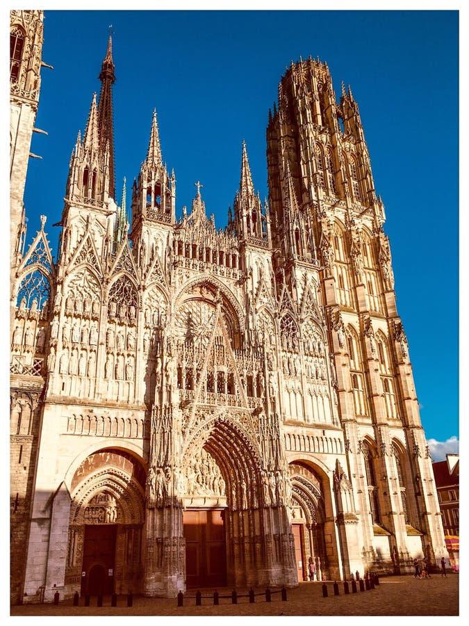 De majestueuze kathedraal van Rouen onder de de lentezon begin de dag stock foto's