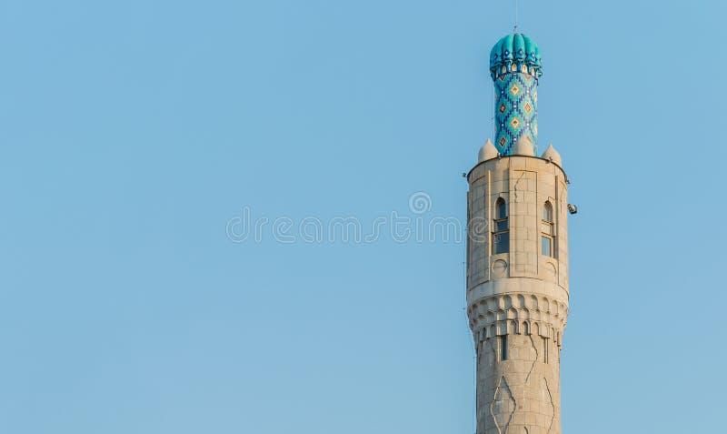 De majestueuze minaret van de kathedraalmoskee tegen de blauwe hemel Beschikbare ruimte voor uw inschrijving stock foto's