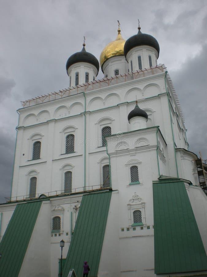 De majestueuze oude tempel op een achtergrond van grijze hemel, die met goud wordt bekroond stock afbeelding