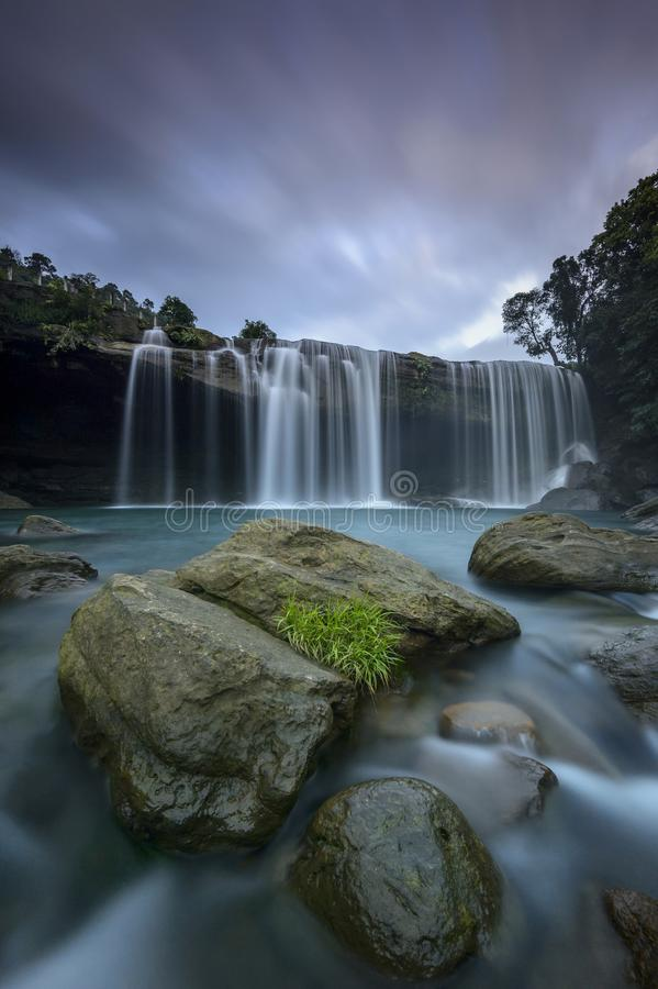 De majestueuze waterval van krangsuri dichtbij jaintiaheuvels royalty-vrije stock afbeelding