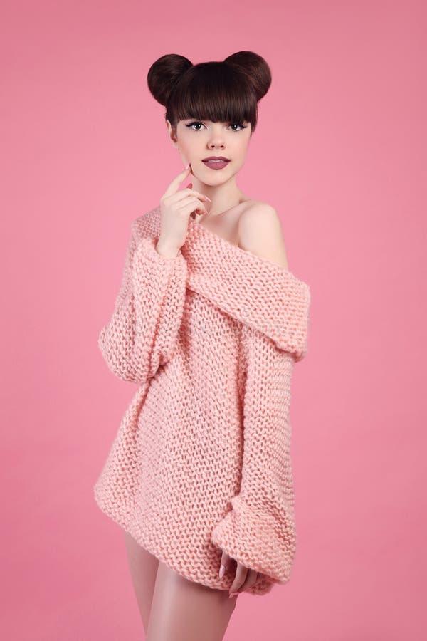 De Make-up van de schoonheid Het meisjesmodel van de maniertiener Brunette met steenlippen stock foto