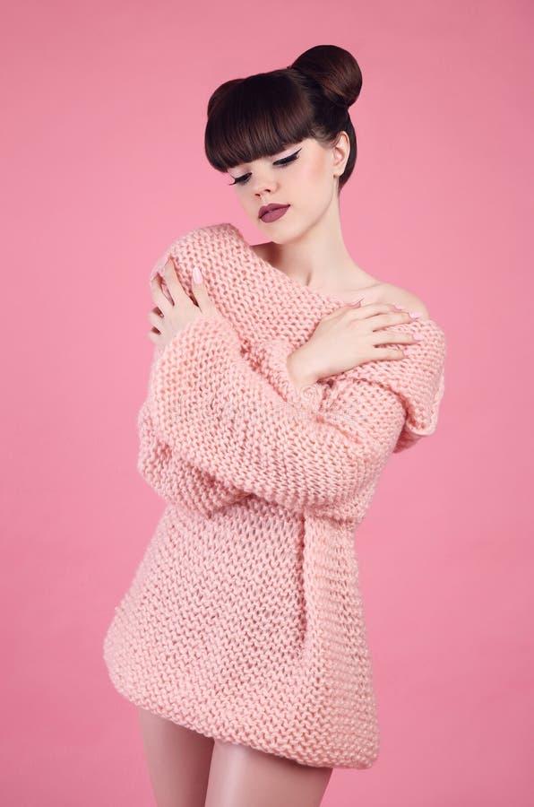De Make-up van de schoonheid Het model van het de tienermeisje van de manieruitrusting Brunette met mat stock fotografie