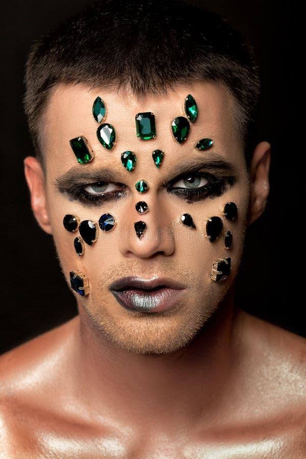 De make-up van de fantasiekunst mens met bergkristallen en juwelen stock fotografie