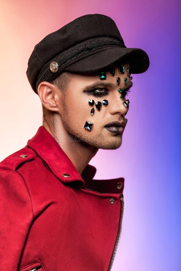 De make-up van de fantasiekunst mens met bergkristallen en juwelen royalty-vrije stock foto's