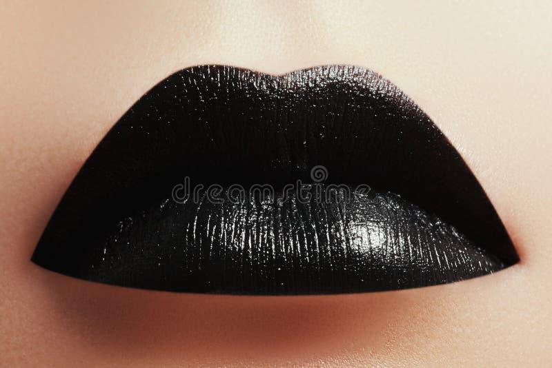 De make-up van Halloween De samenstelling van de de stijllip van de uitdrukkingsrots zoals een vampier stock fotografie