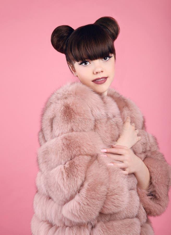 De Make-up van de schoonheid Het meisjesmodel van de maniertiener in bontjas Donkerbruin verstand royalty-vrije stock foto