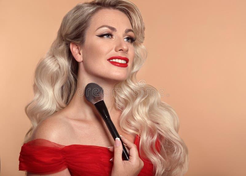 De Make-up van de schoonheid Het portret van de manierglamour van gelukkig glimlachend blonde royalty-vrije stock afbeeldingen