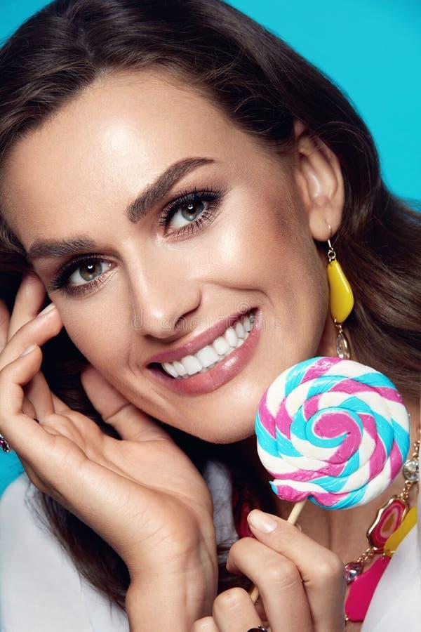 De Make-up van de schoonheid Manier Vrouwelijk Modelwith candy royalty-vrije stock foto