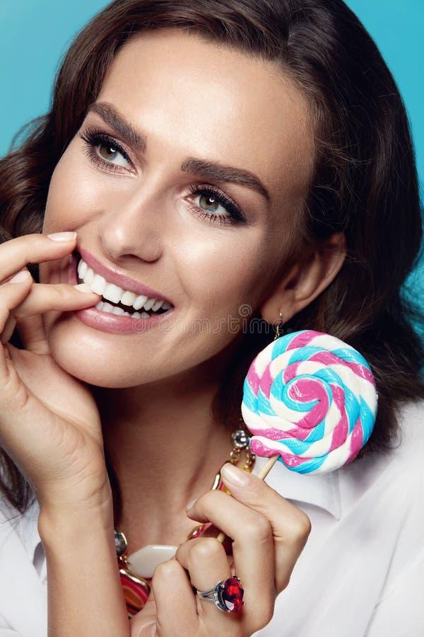 De Make-up van de schoonheid Manier Vrouwelijk Modelwith candy royalty-vrije stock foto's