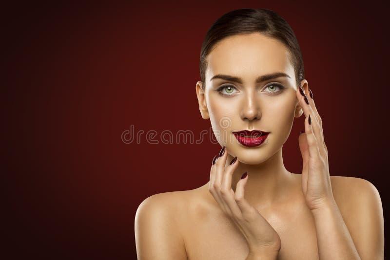 De Make-up van de vrouwenschoonheid, Mannequin Dark Red Lipstick en Spijkers stock foto
