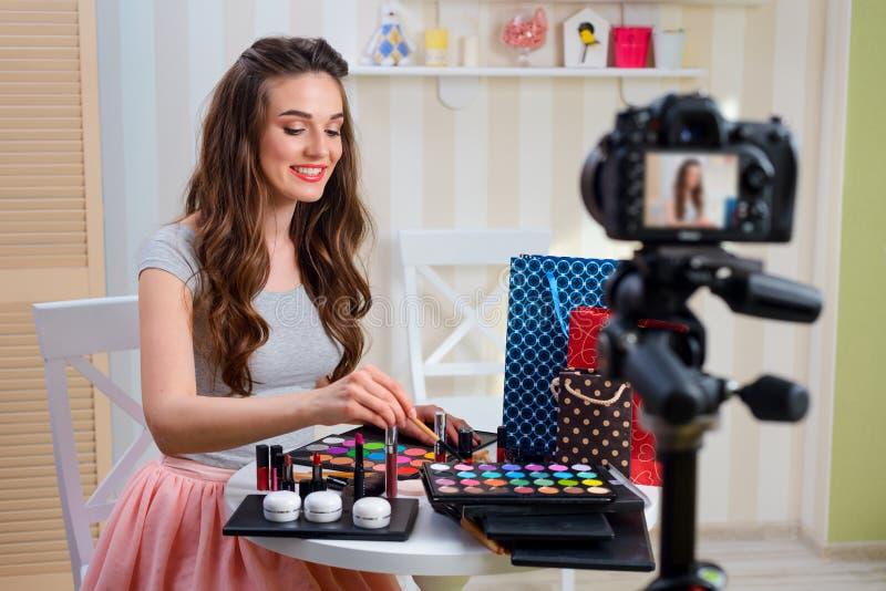 De make-upleerprogramma van de schoonheids blogger opname royalty-vrije stock afbeeldingen