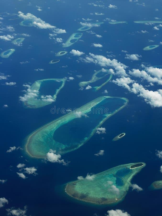 De Maldiven - Luchtmening van koraaleilanden stock afbeelding
