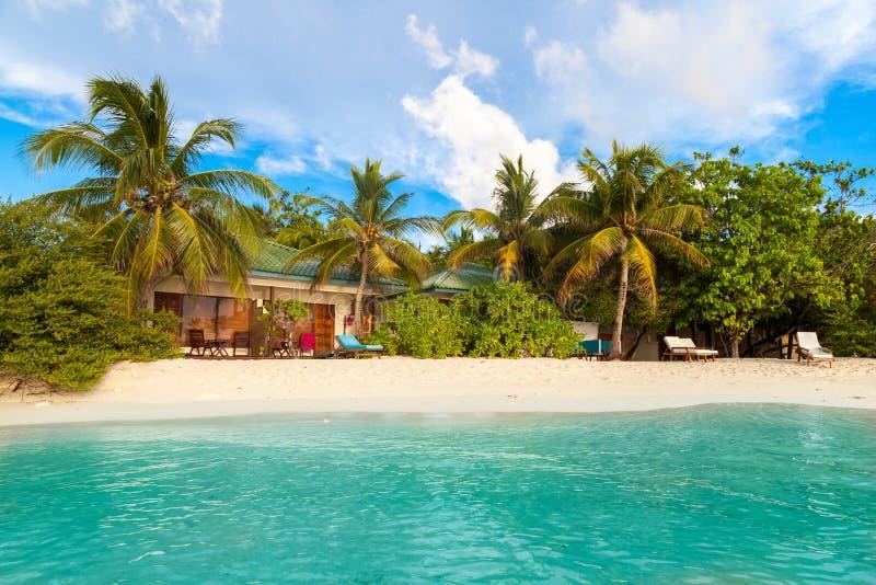 De Maldiven, tropisch paradijs, villa's door het strand, blauwe hemel royalty-vrije stock fotografie