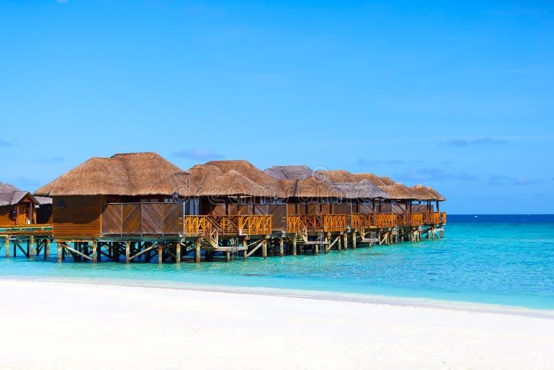 De Maldiven, waterbungalowwen op strand stock foto