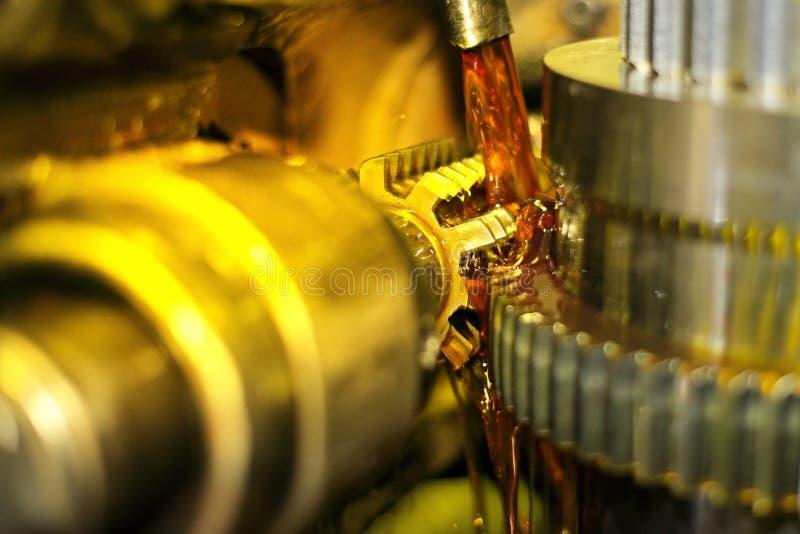 De malensnijder is metaal De industrie van metaalbewerking door het snijden, toestel-snijdende van delen en toestellen met olieco stock afbeeldingen