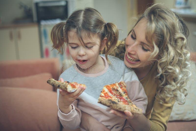 De mama u bereidt ooit de beste pizza voor stock fotografie