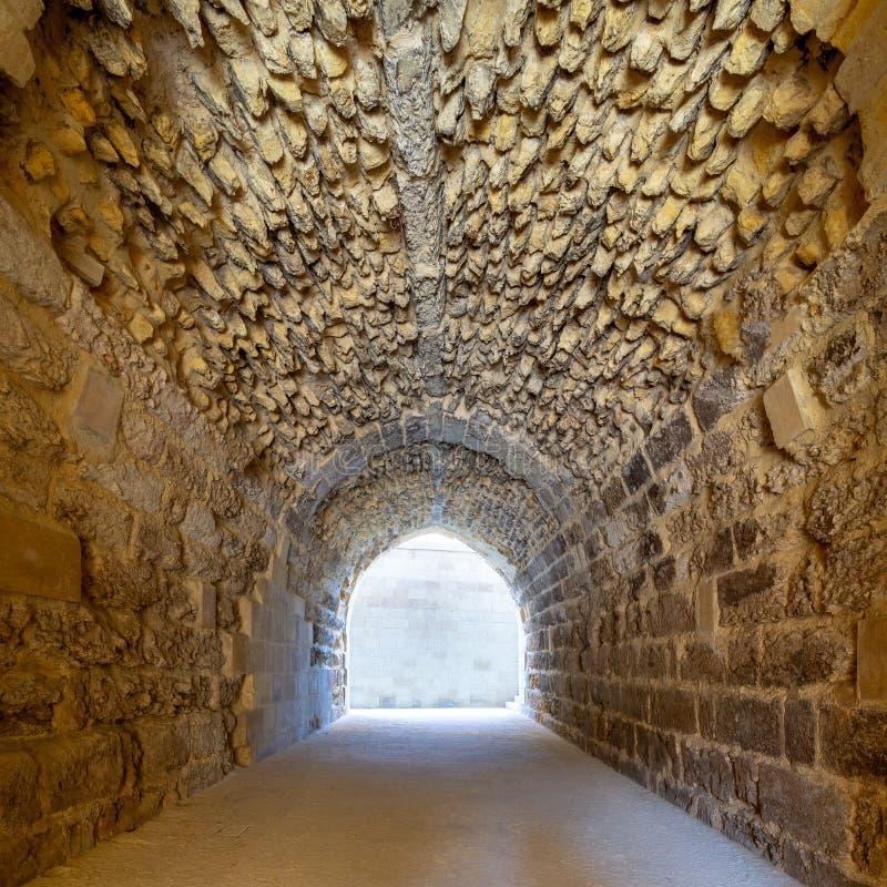 De Mamlukera overspande stenentunnel die tot het oude ziekenhuis van al-Muayyad Bimaristan, Kaïro, Egypte leiden stock afbeelding