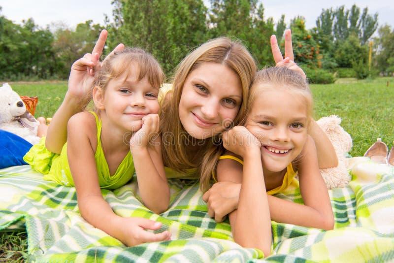 De mammahoornen en aangeboden twee dochters en een pret onderzoeken het kader stock foto