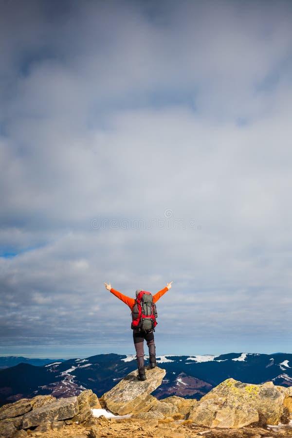 De man beklom tot de bovenkant van de berg stock fotografie