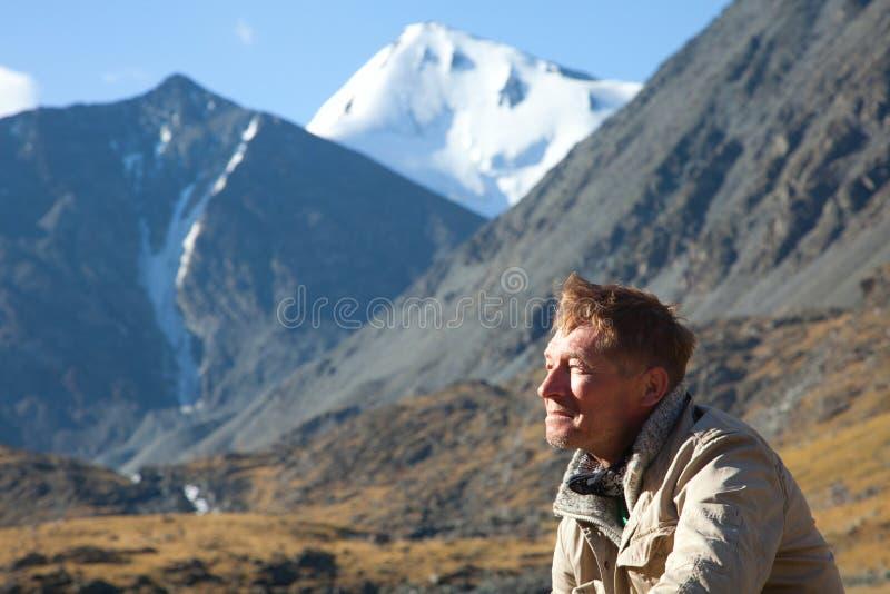 De man in de bergen stock foto's