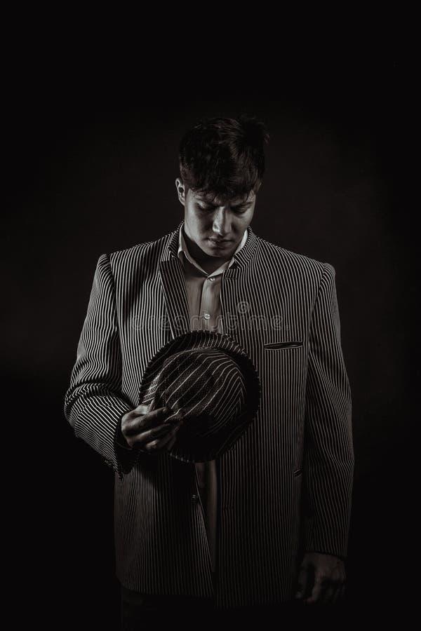 De man in de gangster van stijlchicago met sigaar op donkere achtergrond royalty-vrije stock foto
