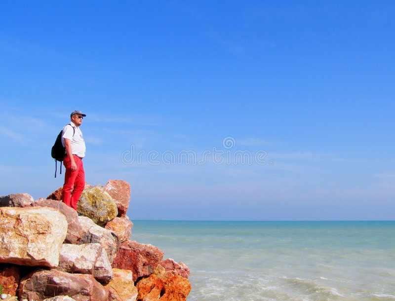 De man dichtbij overzees Mediterranian stock afbeelding