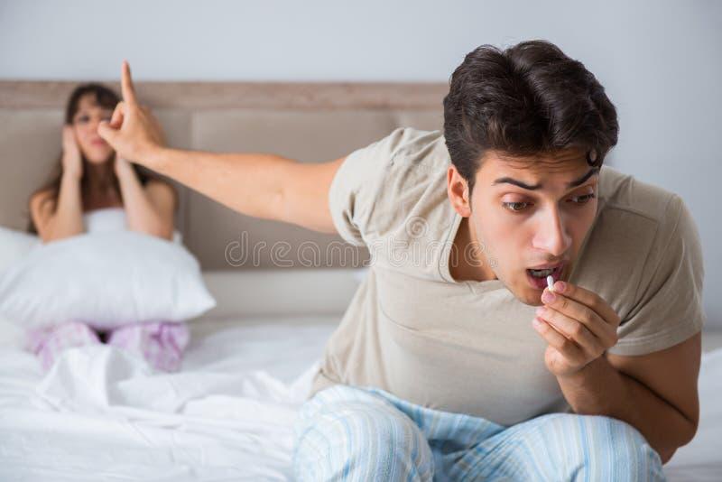 De man die aan impotentie met pil lijden stock foto