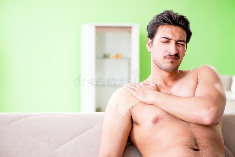 De man die het pleister van het pepercapsicum toepassen om pijn te verlichten royalty-vrije stock foto