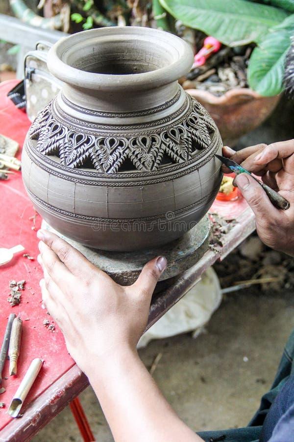 De man die mechanisch aardewerk gebruiken maakte aardewerk, traditioneel van Thailand royalty-vrije stock foto's