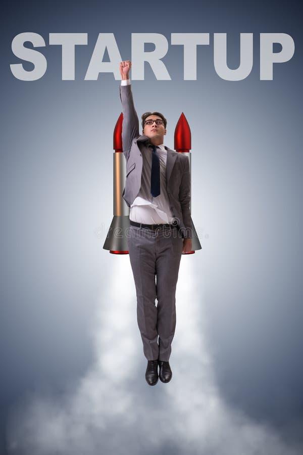 De man die met de raket in bedrijfsconcept vliegen royalty-vrije stock foto