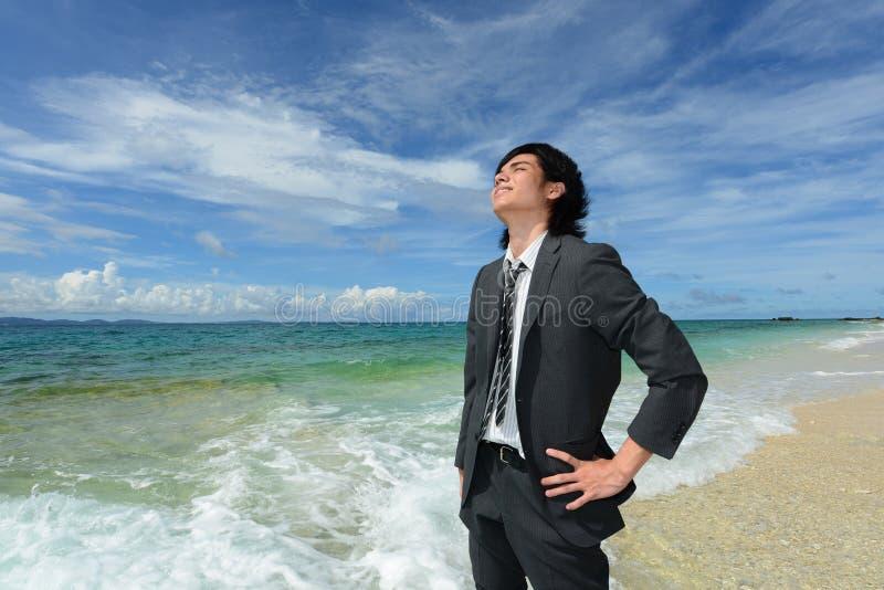 De man die op het strand ontspant. stock afbeeldingen