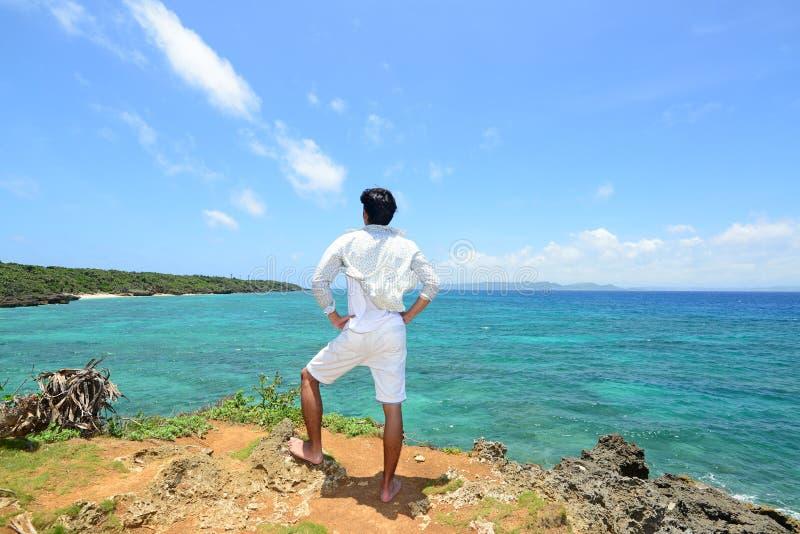 De man die op het strand ontspant royalty-vrije stock foto