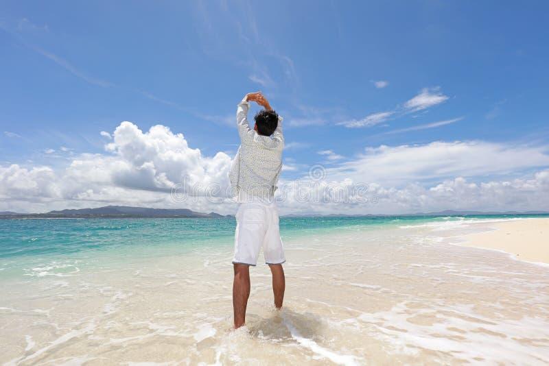 De man die op het strand ontspant royalty-vrije stock foto's