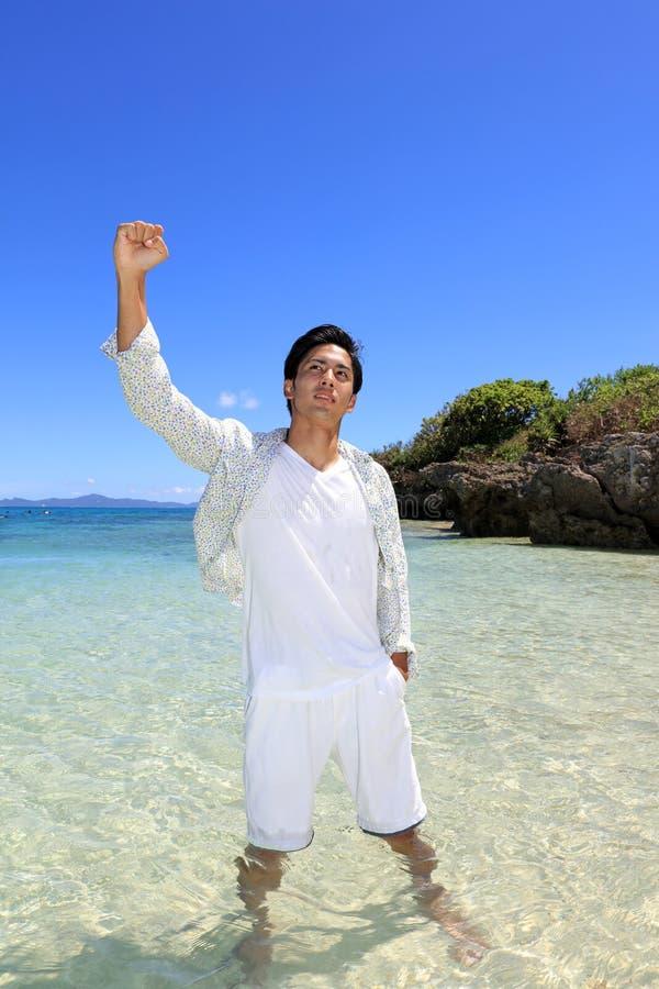 De man die op het strand ontspant stock foto's